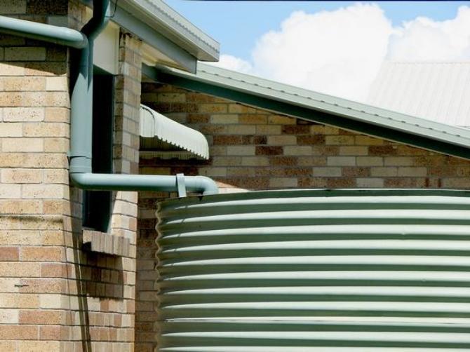 Zbiornik na deszczówkę a pojemniki na deszczówkę