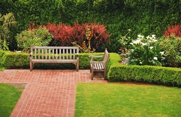 Ławka ogrodowa- ogród ozdobny
