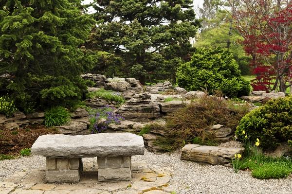 Ławka ogrodowa w ogrodzie japońskim