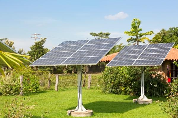 Baterie słoneczne w ogrodzie