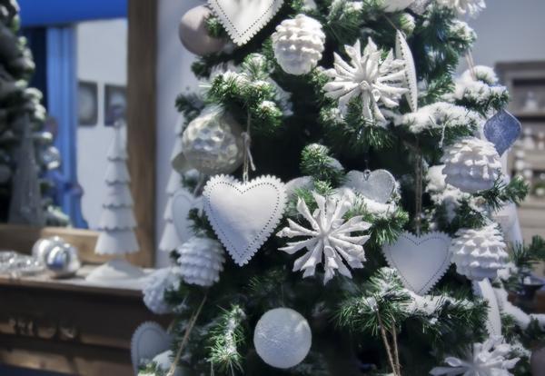 Drzewko świąteczne w bieli