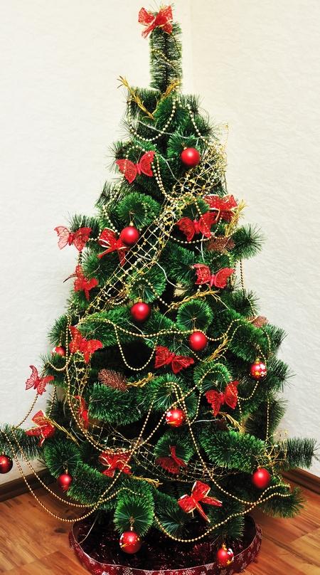 Drzewko świąteczne z dominującą czerwienią