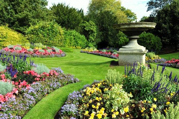 Klomby kwiatowe w ogrodzie