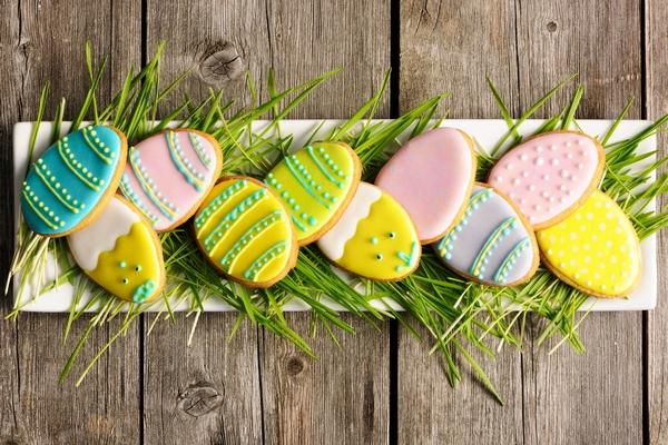 Ozdoby wielkanocne – barwne ciasteczka