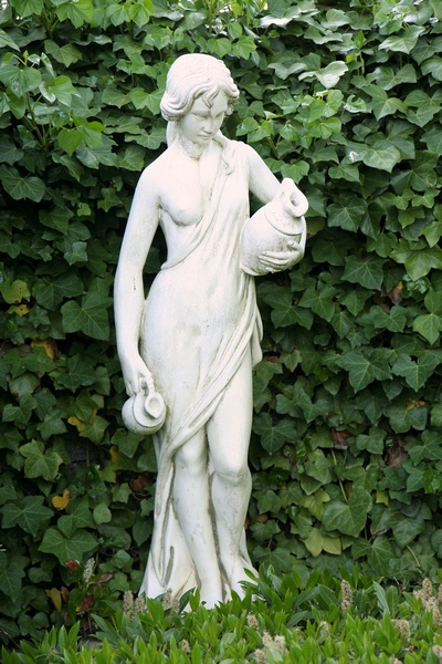 Rzeźba w cienistym zakątku ogrodu