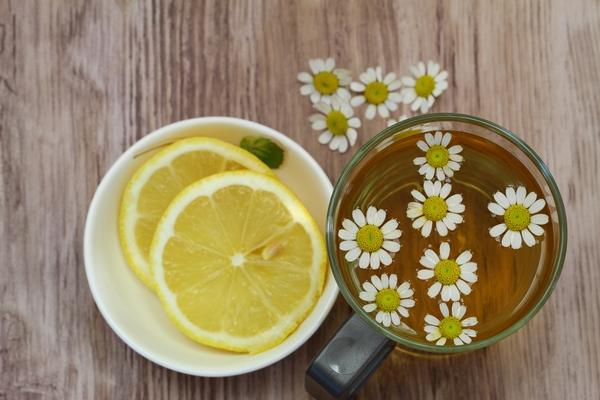 Domowe sposoby na przeziębienie - rumianek z cytryną