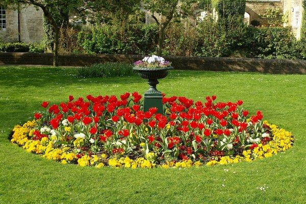 Klomb w ogrodzie for Circular flower garden designs