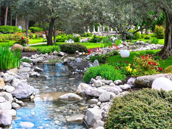 Strumie i kaskada wodna w ogrodzie for Plantas para estanques de agua fria