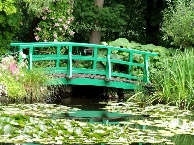 Mostek w ogrodzie